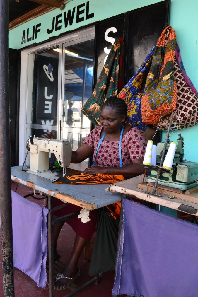 La mama qui coud devant Hotsun Safaris.